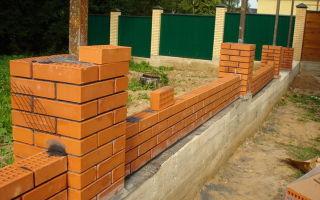 Забор из кирпича своими руками — пошаговая инструкция