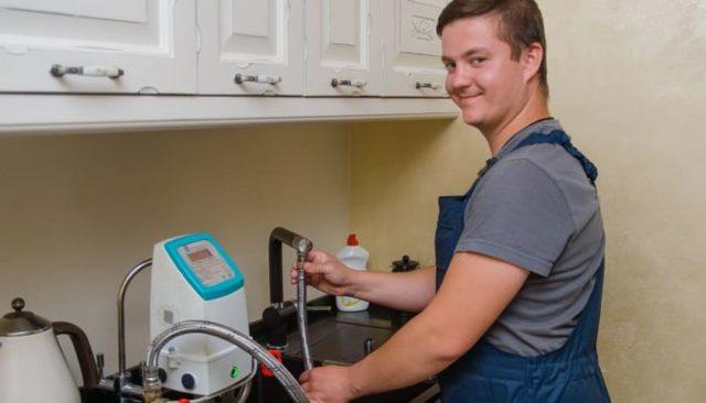 Проверка счетчиков воды на дому без снятия - что важно знать хозяевам для проверки горячей и холодной воды