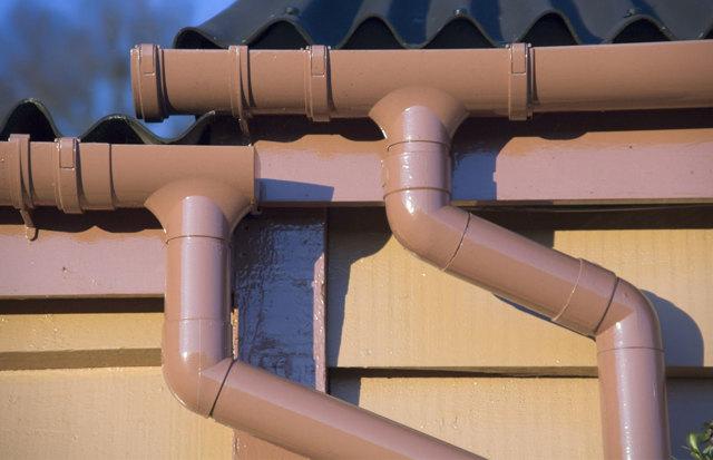 Какой водосток лучше, пластиковый или металлический - разбираемся в особенностях каждого