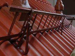 Установка снегозадержателей на крыше из металлочерепицы - от расчетов до монтажа