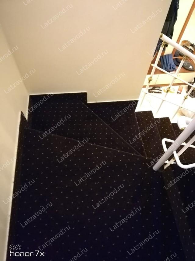 Накладки на ступени лестницы из ковролина: виды накладок из ковролина и ковровых для деревянной лестницы