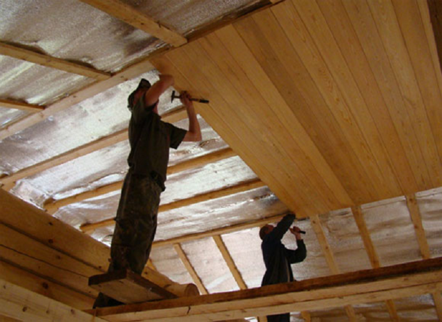 Как сделать потолок в деревянном доме - от монтажа до декоративной отделки