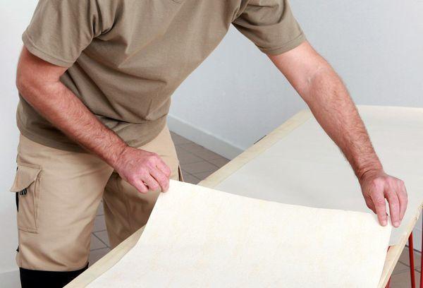 Как клеить стеклообои под покраску - теория, расчеты, практика правильной поклейки на стены