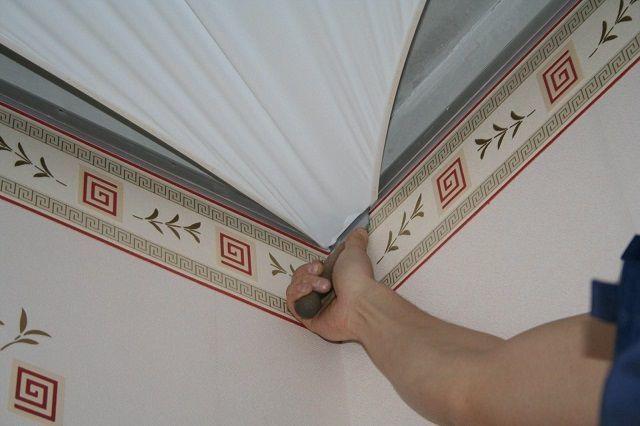 Потолочный плинтус для натяжных потолков виды - выбор и правила монтажа