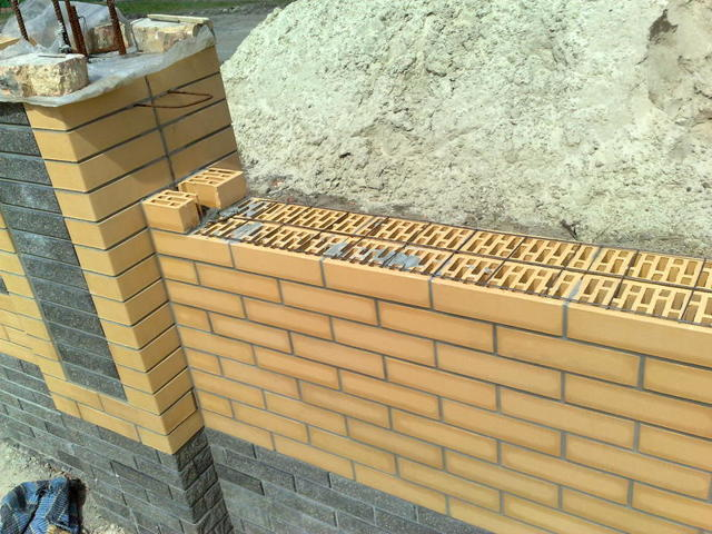 Забор из кирпича своими руками - пошаговая инструкция