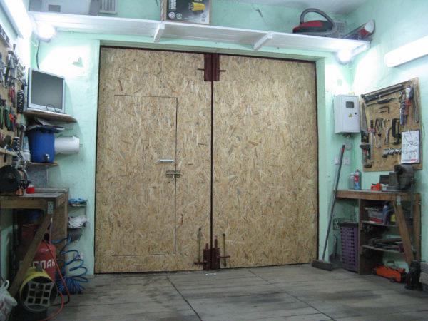 Как утеплить ворота гаража изнутри - обзор вариантов