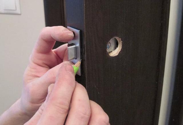 Как вставить замок в межкомнатную дверь - пошаговая видео инструкция, делаем своими руками