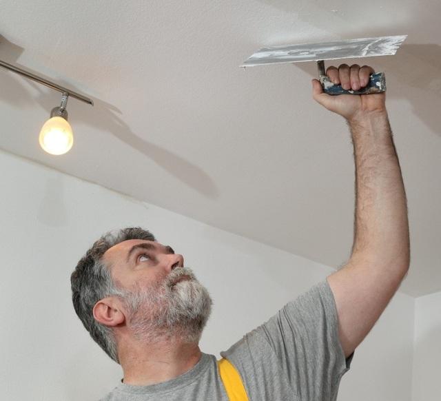 Как шпаклевать потолок под покраску - инструкция для начинающих