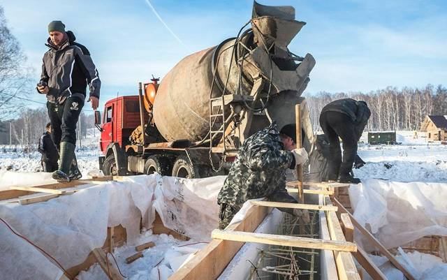Как заливать фундамент зимой - особенности выполнения работ