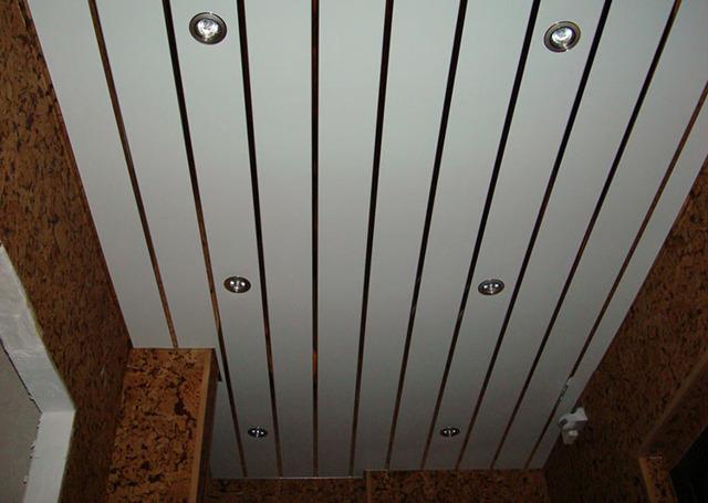 Реечный потолок в ванной комнате - строение, разновидности, монтаж своими руками с фото инструкцией