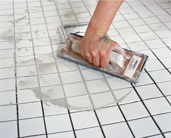 Затирка швов плитки в ванной своими руками - учимся делать правильно